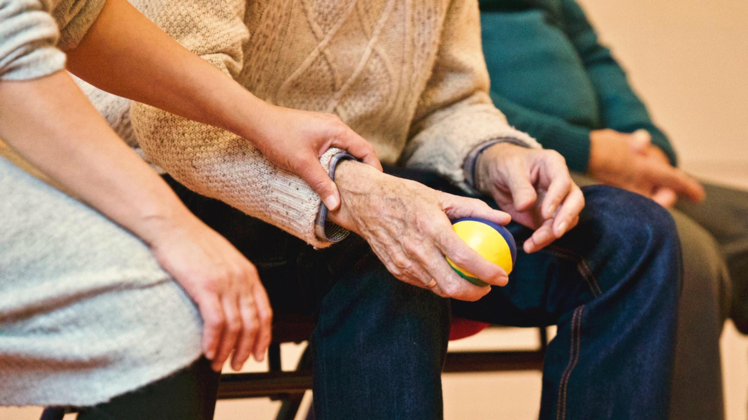 Caregiver: quando prendersi cura di un'altra persona è un lavoro indispensabile ma non retribuito
