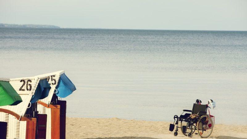 Come non possono accedere in spiaggia le persone con disabilità