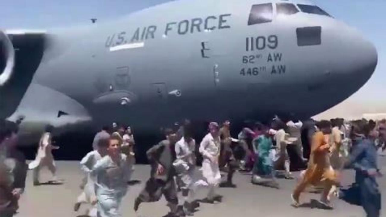 Afghanistan. La disperazione dei civili nel tentativo di fuga. Fonte: La Stampa.